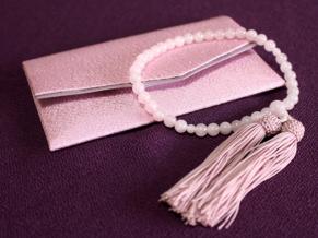 葬儀や通夜などで数珠を持っている方を見かけたことはないでしょうか